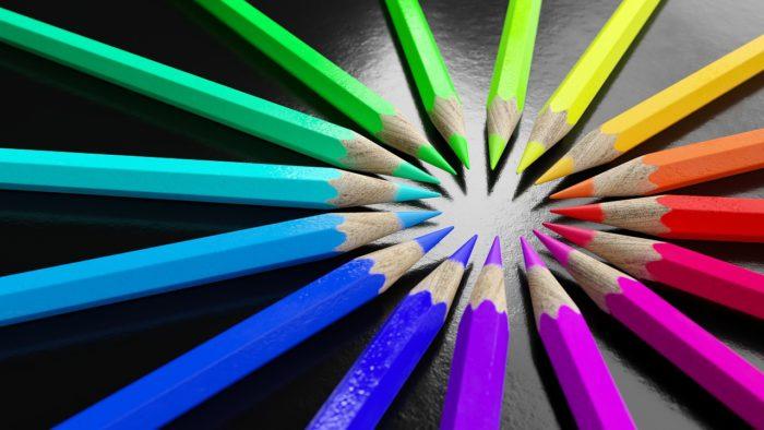 色とりどりの色鉛筆が芯を中心に向けて並べられています。色は、赤、青、黄色、緑、紫などです。中心に向いた芯は、それぞれが力を添え合っているような気がします。
