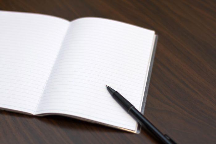 ノートの上にペンがあります。